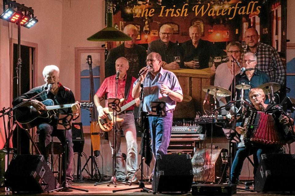 The Irish Waterfalls spiller op til fællessang og dans til de kendte irske toner. Foto: Niels Helver