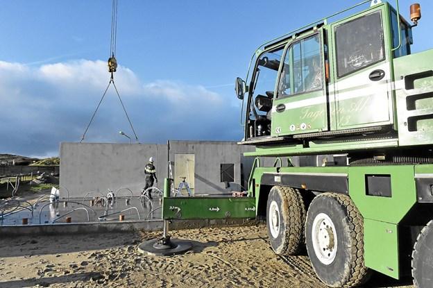 Elementerne til det nye 230 kvadratmeter byggeri af servicehus rejser på Vorupør Camping. Foto: Ole Iversen