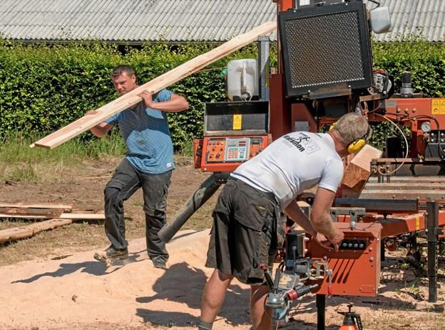 Juli: Mads Nielsen fra PMU Skovværksted knokler sammen med Tommy Olesen i den varme sommer med at opskære Douglas træ fra Tolne Skov til Stakladen, der afløser Glassalen ved Skovpavillonen. Foto: Niels Helver Niels Helver