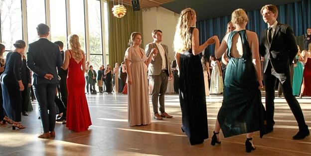Dansen blev trådt i to afdelinger, så der kunne blive plads til de 23 kvadriller og de mange forældre.