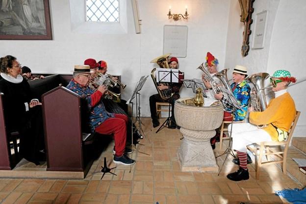De festlige gademusikanter underholdningsorkestret Vendia spillede til gudstjenesten og var i dagens anledning klædt i flotte kostumer. Foto: Niels Helver Niels Helver