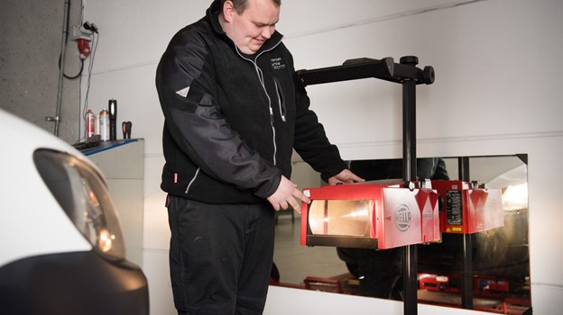 Nikolaj Fuglsang Jakobsen er ny ejer af Brønderslev Synshal, og han er glad for den store kundekontakt og ikke mindst de mange forskellige køretøjer, der kommer forbi synshallen.Foto: Hans Ravn