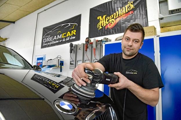 Elvis Mahic har selv over årene opbygget sin forretning Dreamcar med alt det udstyr der hører til. Foto: Ole Iversen