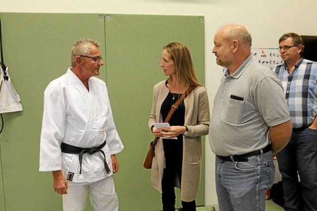 Judobestyrelsen havde også samlet ind til en gave til Arne Nøhr. Foto: Flemming Dahl Jensen