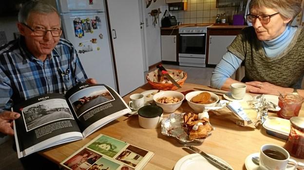 Den planlagte bog om Erslev Sogn bliver i størrelse med denne her, fortæller Knud Sørensen. Foto: Dorit Glintborg.