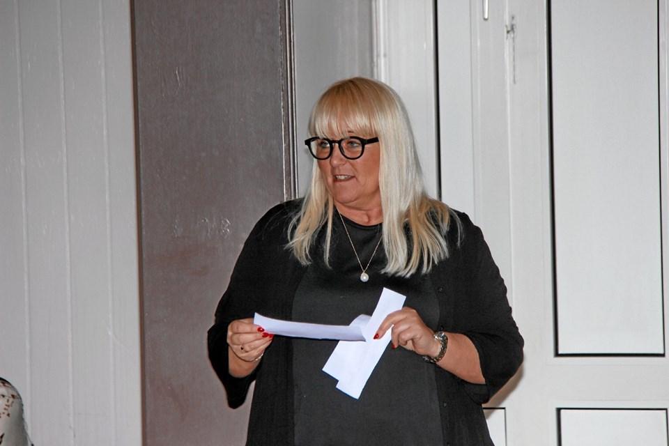 """Anette Pedersen fra firmaet """"Soft Rebels"""" var konferencier ved modeopvisningen. Foto: Hans B. Henriksen Hans B. Henriksen"""