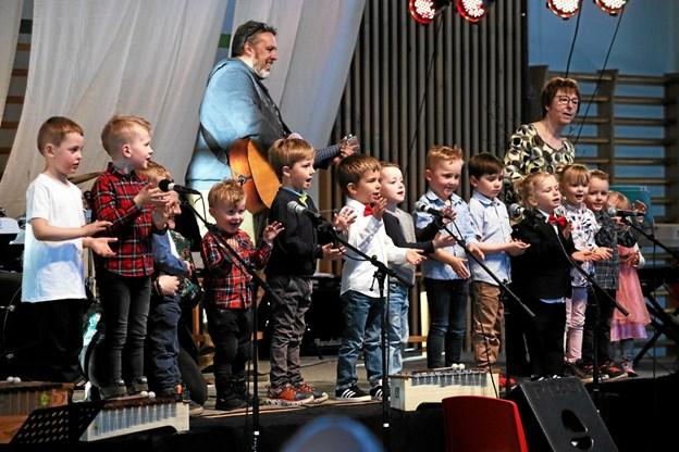 Børnehavebørnene var først på scenen. Foto: Allan Mortensen