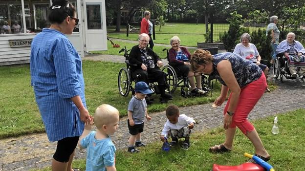De ældre var meget glade for besøg, og det vakte både glæder og minder. Privatfoto