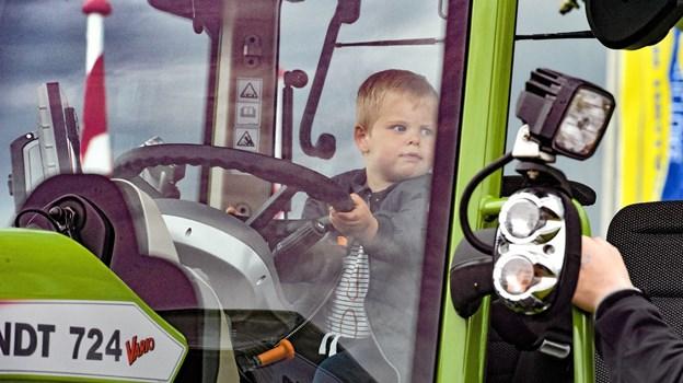 De store traktorer er som magneter på små drenge. Foto: Ole Iversen Ole Iversen