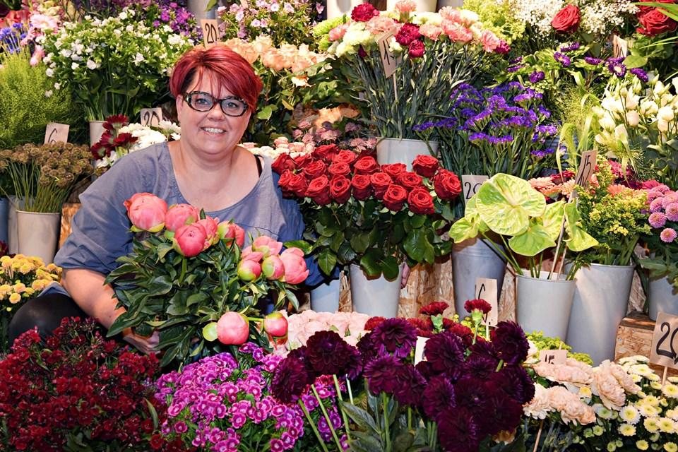 For 20 år siden åbnede Lene Krogh Blomsten sammen med sin søster Lotte - og Lene trives stadig med smukke vækster og gode kunder. Foto: Bent Bach