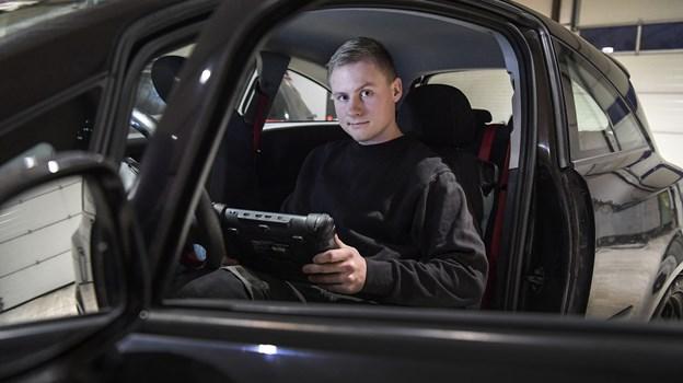 Rasmus Marius Jensen elsker biler. Han er uddannet mekaniker, og så er han klar til at hjælpe dig med at købe din næste brugte bil. Foto: Michael Koch