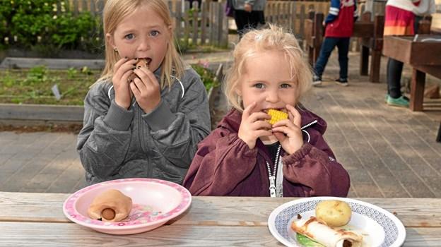 Aja og Silje hygger sig med pølsehorn, majskolbe, pandekage og kartoffel. Foto: Niels Helver Niels Helver