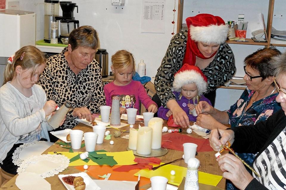 Børnene hyggede sig med deres bedsteforældre. Der blev spist æbleskiver og klippet masser af julepynt. Foto: Niels Helver Niels Helver