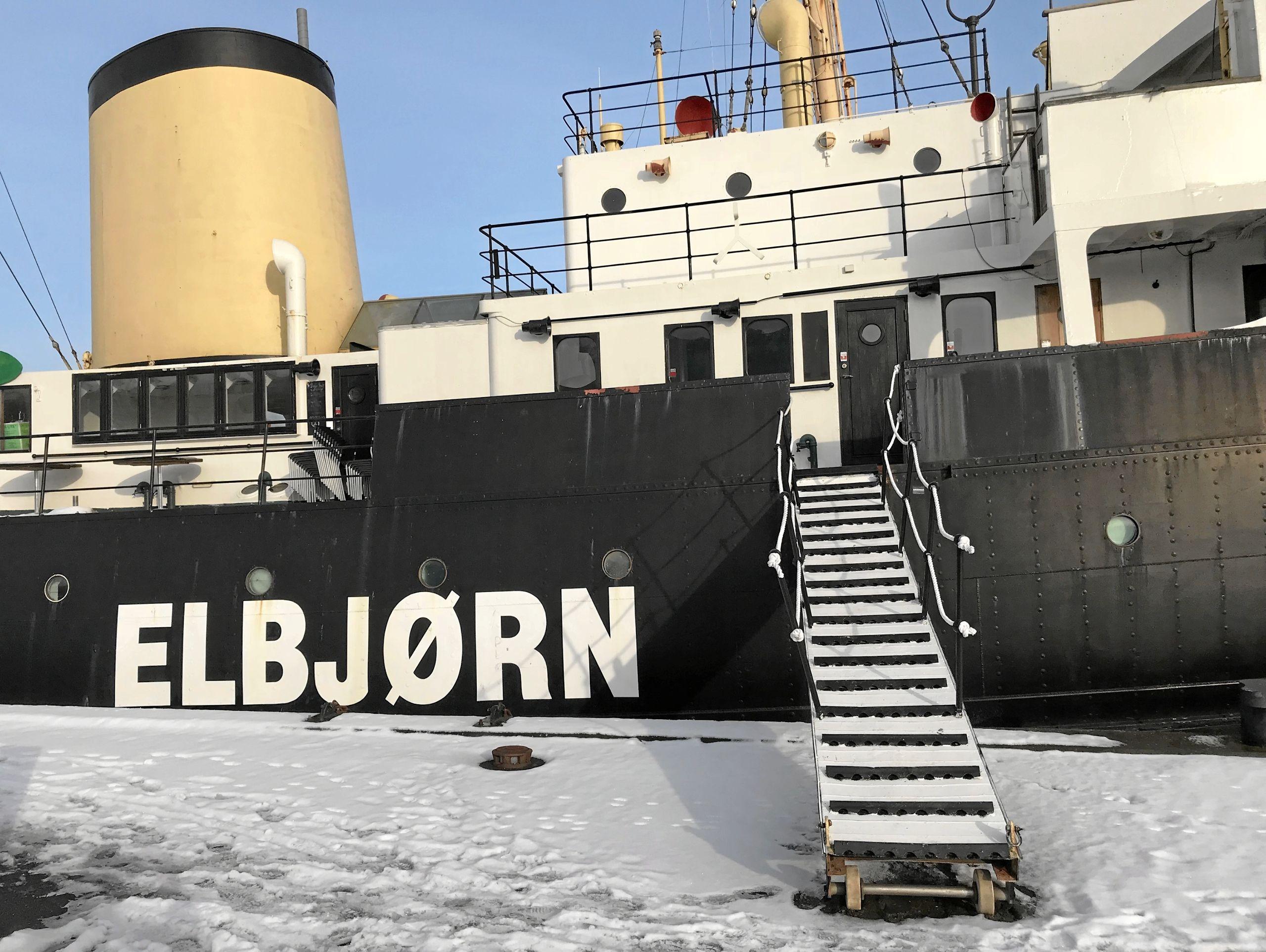 Det virker nærmest som om, at det er en hel menneskealder siden, at der sidst er gået gæster op eller ned ad landgangsbroen til Elbjørn. Foto: Torben O. Andersen