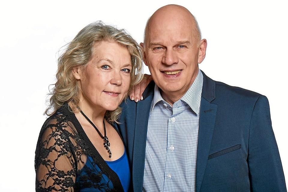 Karin og Klaus Strand-Holm fra Klaus & Servants synger ørehængere fra deres store Dansktop repertoire. Foto: Privatfoto Privatfoto