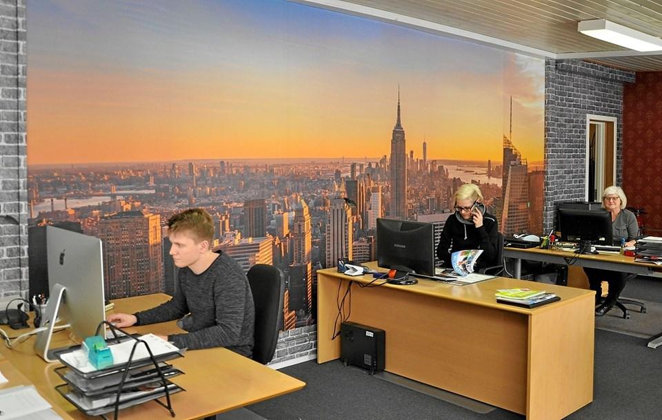 Med New Yorks skyline som dekorativ baggrund sidder medarbejderne inde på forkontoret. Foto: Ole Torp
