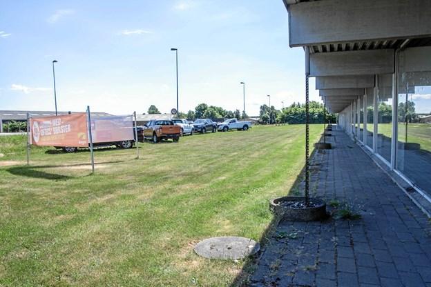 Den grønne plæne foran udstillingshuset skal fjernes og grus lægges på.Privatfoto