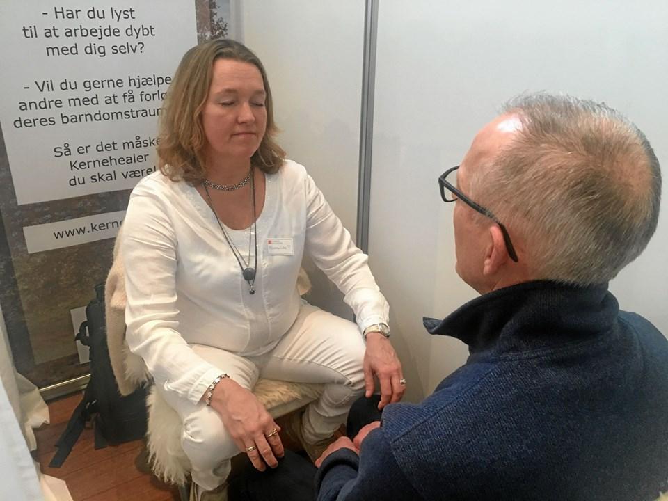 Marianne Lane tilbød healing til Helsemessen. Foto: Radio NORDJYSKE