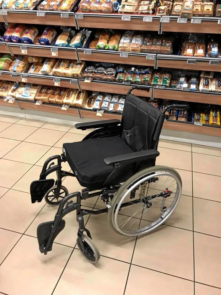 Det er denne kørestol, der mangler sin ejer. Den kan hentes i SuperBrugsen i Vejgaard. Privatfoto.
