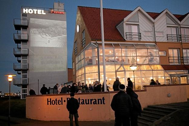 Pixlart sørgede for, at få den film om Hirtshals, som Per Christensen havde optaget, projiceret op på tårnet ved Hotel Hirtshals. Foto: Peter Jørgensen Peter Jørgensen