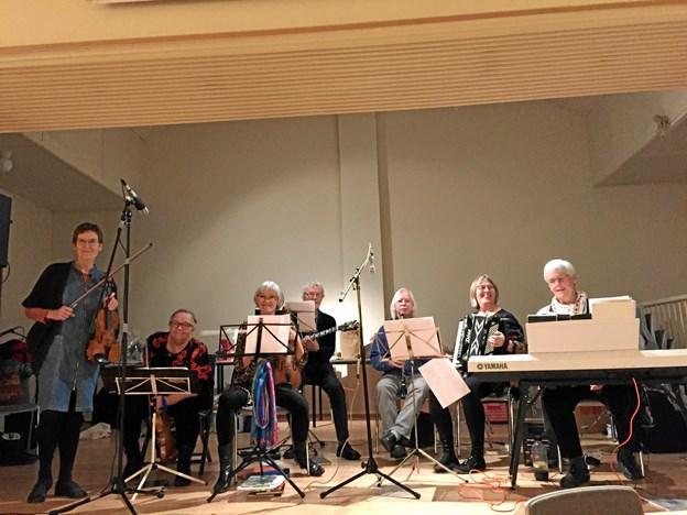Syvmandsorkestret ydede et fortrinligt arbejde til IK Rosendal Folkedanseres liegstouw.                    Privatfoto