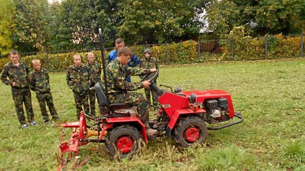 Børn og unge undervises i at bruge den nye minitraktor. Privatfoto