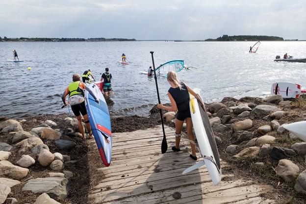 Grejet skal lige bæres ned til vandet, før det går løs med udfoldelserne på fjorden.
