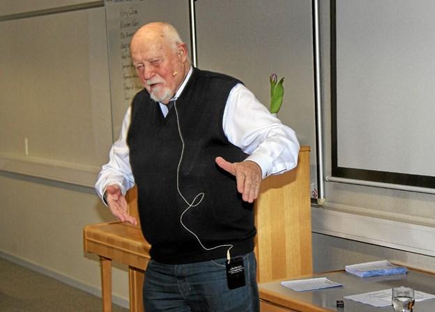 Selv om folk skreg af grin så fortrak Hugo Mortensen ikke en mine når humoren blussede op i hans beretning. Foto: Hans B. Henriksen Hans B. Henriksen