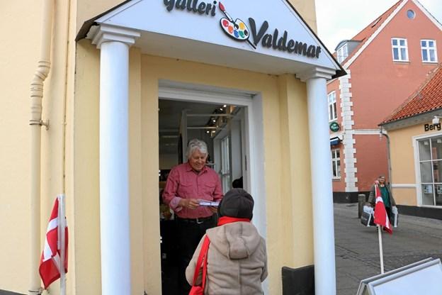 Galleriejer Jens Valdemar Clausen byder sin første kunde velkommen til sin nye forretning i Vestergade 32 Foto: Tommy Thomsen