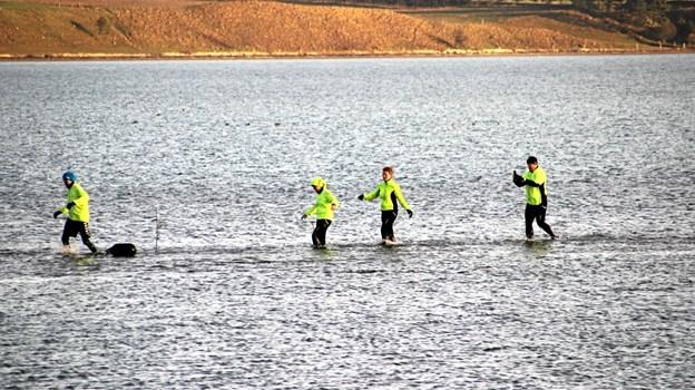 """Der kunne spares 1 km hvis man forcerede fjorden. Som der var en der sagde: """"Jeg tager gerne to km. mere end at vade gennem det iskolde vand""""! Foto: Hans B. Henriksen Hans B. Henriksen"""
