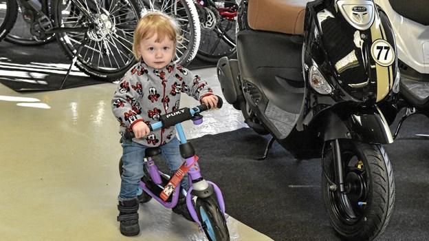 Nikolaj Kappels datter Sidsel var hurtig til at finde noget i faderen butik, som hun synes om. Foto: Ole Iversen Ole Iversen
