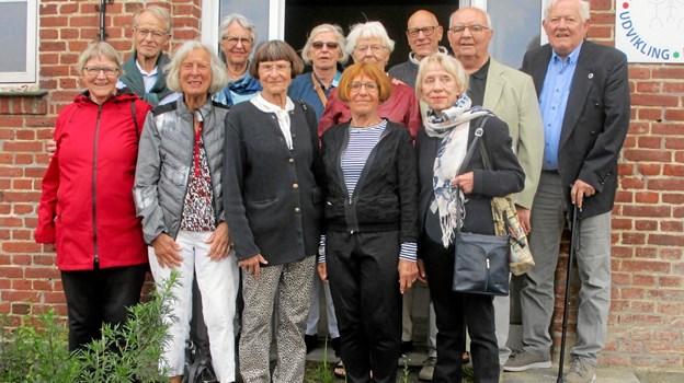 De forlod skolen for 65 år siden. Forleden var de igen samlet og er her fotograferet på trappen foran den gamle skole.Privatfoto
