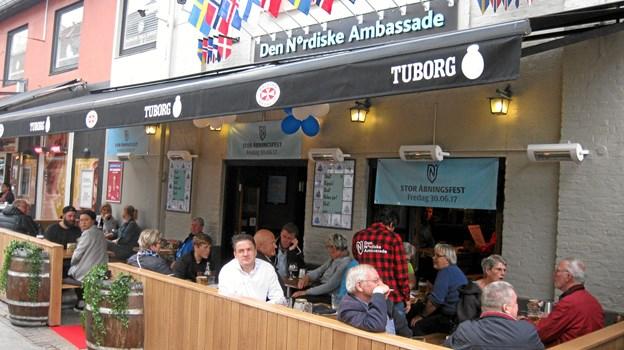 Sommerhygge foran Den Nordiske Ambassade, der nu skifter navn til Den Nordjyske Ambassade. Arkivfoto: Ole Skouboe