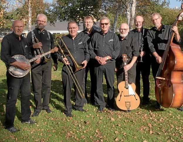 Otte mands orkester spiller i Musikværket. PR-foto.
