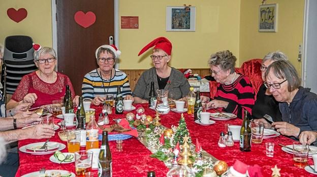 Stemningen var helt i top i Byens Hus torsdag middag til julefrokosten. Foto: Mogens Lynge Mogens Lynge