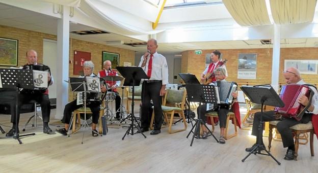 Der er skiftende orkestre som underholder ved søndagscafeerne. Her ved en tidligere lejlighed var det Volstrup Harmonikaklub. Foto: Arkivfoto