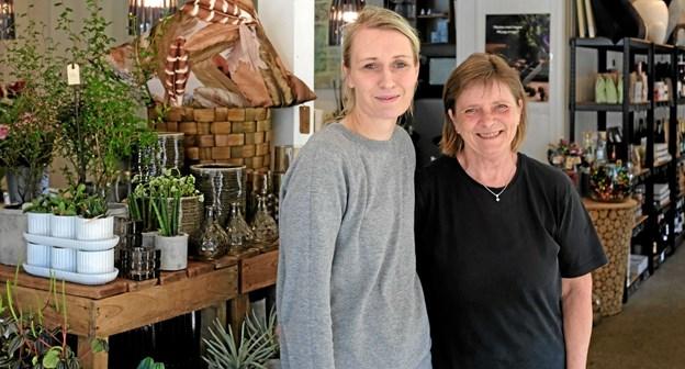 Maiken Rath og Gitte Jensen vil sammen med Louise servicere kunderne med blomsterdekorationer, brugskunst og gavekurve med blomster, vin og chokolade i høj kvalitet. Foto: Niels Helver Niels Helver