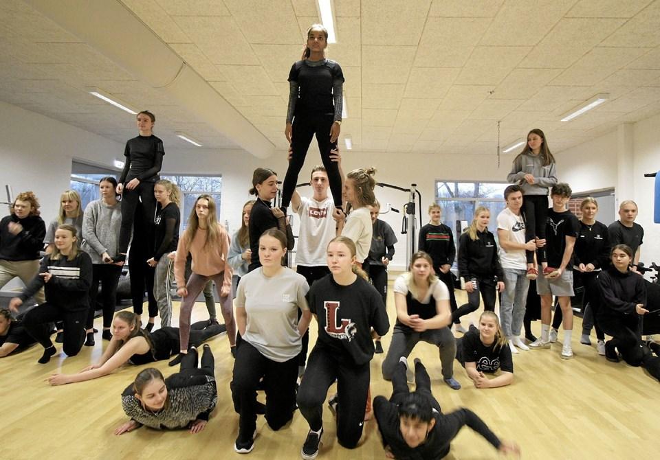Der øves i denne tid flittigt på årets forestilling. Her er det danserne, der indøver en vanskelig detalje.Foto: Jørgen Ingvardsen