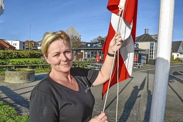 Rikke Damgaard havde flagene oppe til et-års fødselsdagen for Dammes Grill. Foto: Ole Iversen