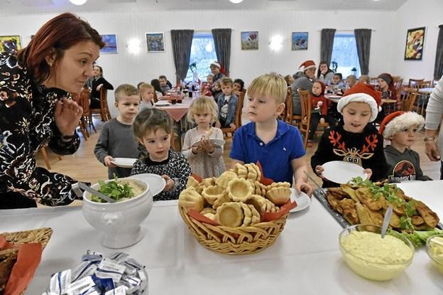 Børnehave leder Sanela Juzbasic sørgede for at hjælpe børnene til at få noget på tallerkenen. Foto: Ole Iversen Ole Iversen