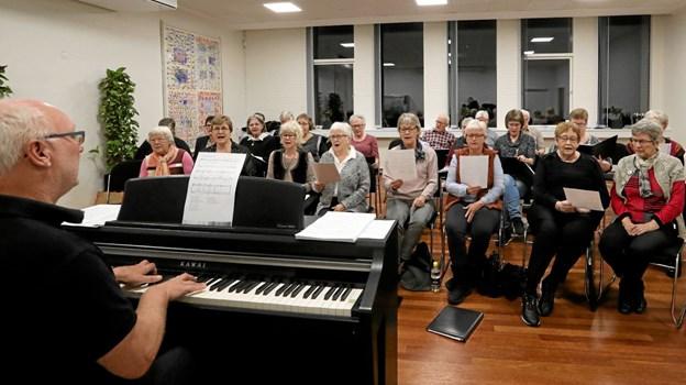 Hals Sangkor skal have ny dirigent. Jørn Hald (t.v.), der her øver med koret stopper efter 10 år på posten. Foto: Allan Mortensen