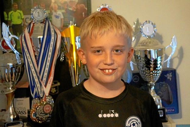 13-årige Anders har allerede masser af sølvtøj på drengeværelset.Foto: Thomas Nielsen