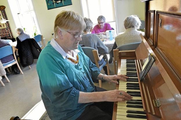 """Maja Kristensen spillede atter for på det ramponerede piano til """"Den danske sang"""" som blev sunget. Foto: Ole Iversen Ole Iversen"""
