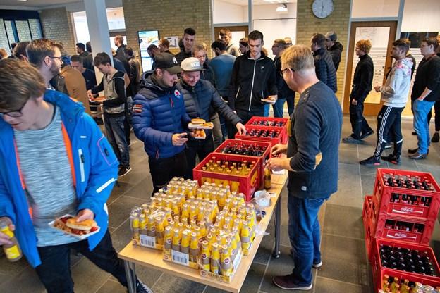 Der var travlhed ved pølsevognen foran indgangen til MARTEC på Hånbækvej i Frederikshavn. Foto: Kim Dahl Hansen