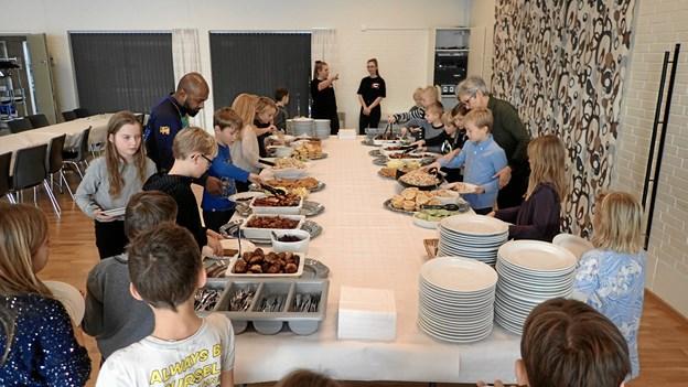 Nytårsbuffet'en i Hobro Idrætscenter så ud til at falde i god smag hos SFO-børnene fra Rosendalskolen. Privatfoto