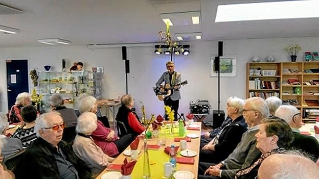 Karsten Holm synger en af mange sange fra Otto Brandenburg. Foto: Bjarne Arentsen