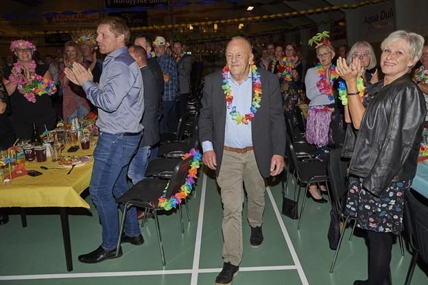 Jens Sejling mellem deltagere i medhjælperfesten, der havde Hawaii-tema. Foto: Henrik Bo