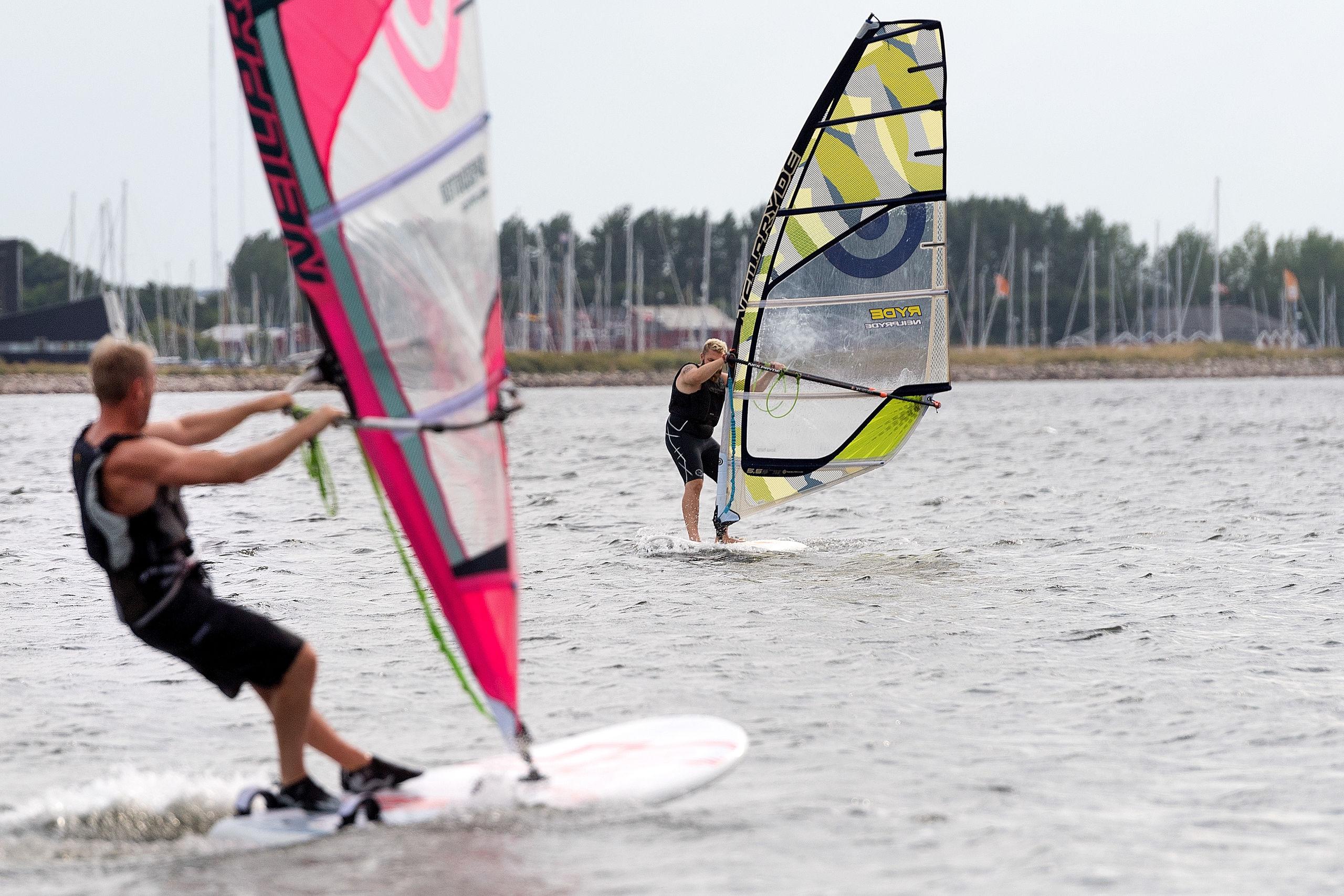 - Hold på hat, stok og briller, for nu går det bare stærkt med masser af god vind på Limfjorden. De to windsurfere er fra venstre Martin Mygdam og Henrik Jespersgaard.