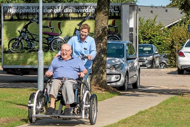 Aktivitetsmedarbejder Isabel Borup cykler en tur med Frede Ejstrup. Foto: Niels Helver