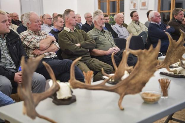 Omkring 65 lodsejere, jægere og lokale borgere var mødt frem i den tætpakkede sal i forsamlingshuset. Foto Claus Søndberg